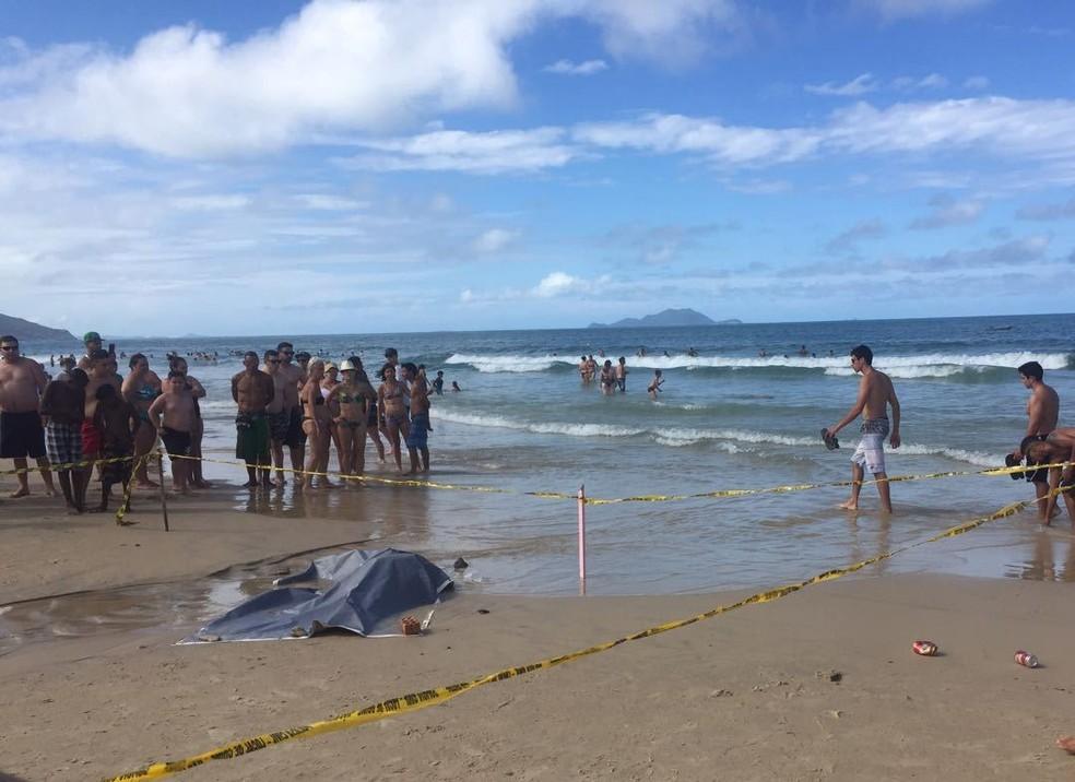 Homem foi morto na praia dos Ingleses, em Florianópolis (Foto: Emanuel Conexão Comunidade: Emanuel Soares / Jornal Conexão Comunidade)