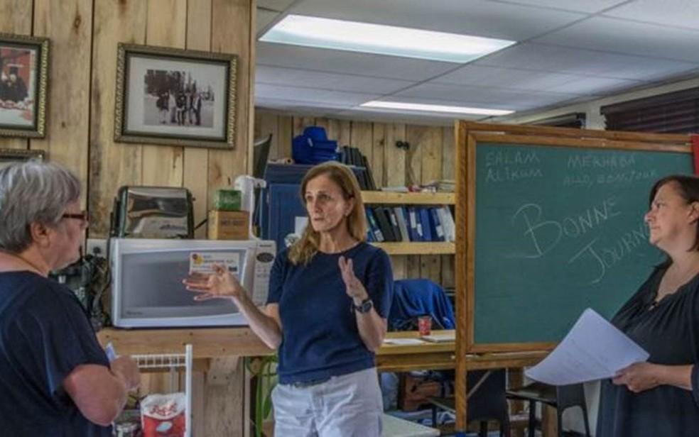 Rachel (ao centro) discute a atuação da Le Book Humanitaire com uma voluntária e com sua irmã (à direita) (Foto: Andreane Williams/Divulgação)