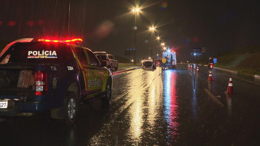 Carro que levava seis pessoas capota na DF-459, sentido Samambaia  — Foto: TV Globo/Reprodução