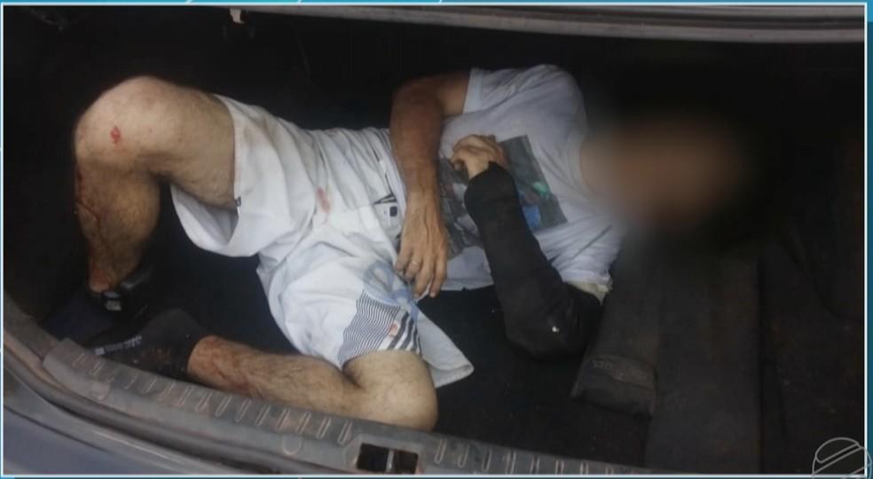 Homem foi encontrado em porta-malas de carro abordado pela PM — Foto: TVCA/Reprodução