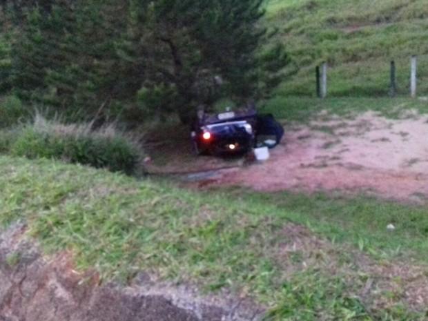Carro caiu em um ribanceira após capotar em Agudos  (Foto: Luiz Carlos de Paula/ Arquivo pessoal )