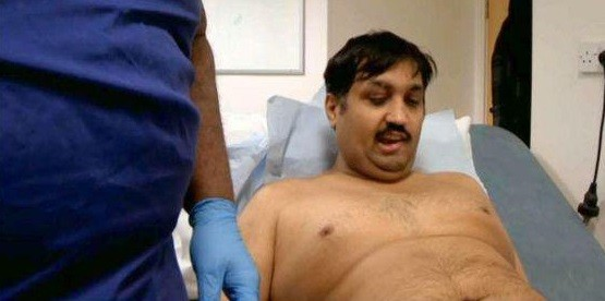 Mohammed vê o resultado do implante do pênis biônico
