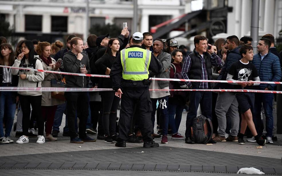 Polícia isola área do incidente em Londres; carro invadiu a calçada perto do Museu de História Natural (Foto: Dylan Martinez/Reuters)