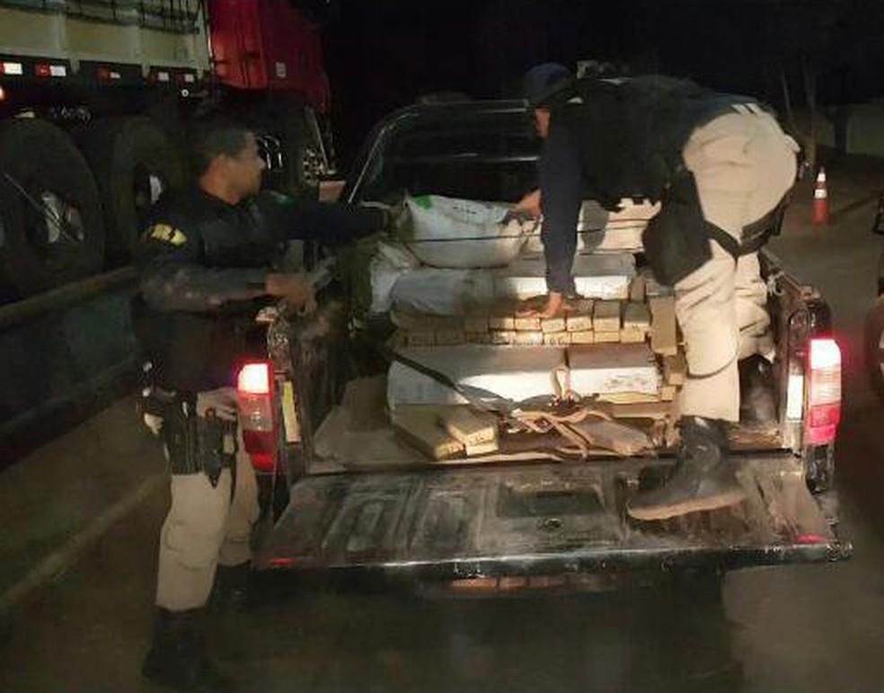 Droga estava escondida sob produtos agrícolas (Foto: Divulgação/PRF)