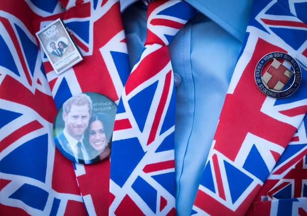 Fãs do casamento real usam até botons (Foto: Getty Images)