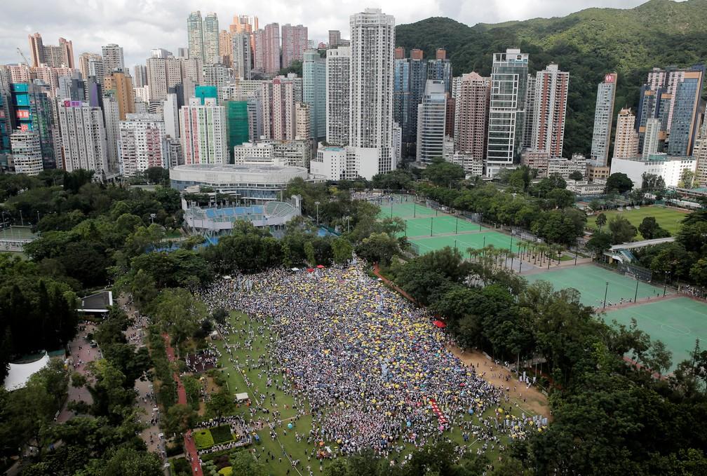 Milhares vão às ruas em Hong Kong contra projeto de extradição para a China; manifestantes levaram guarda-chuvas amarelos, que virou símbolo do movimento — Foto: Thomas Peter/Reuters