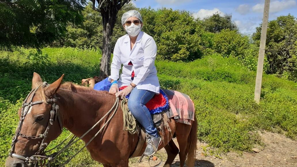 Enfermeira usa cavalo para atravessar rio e vacinar três idosos contra gripe, no Sertão da PB