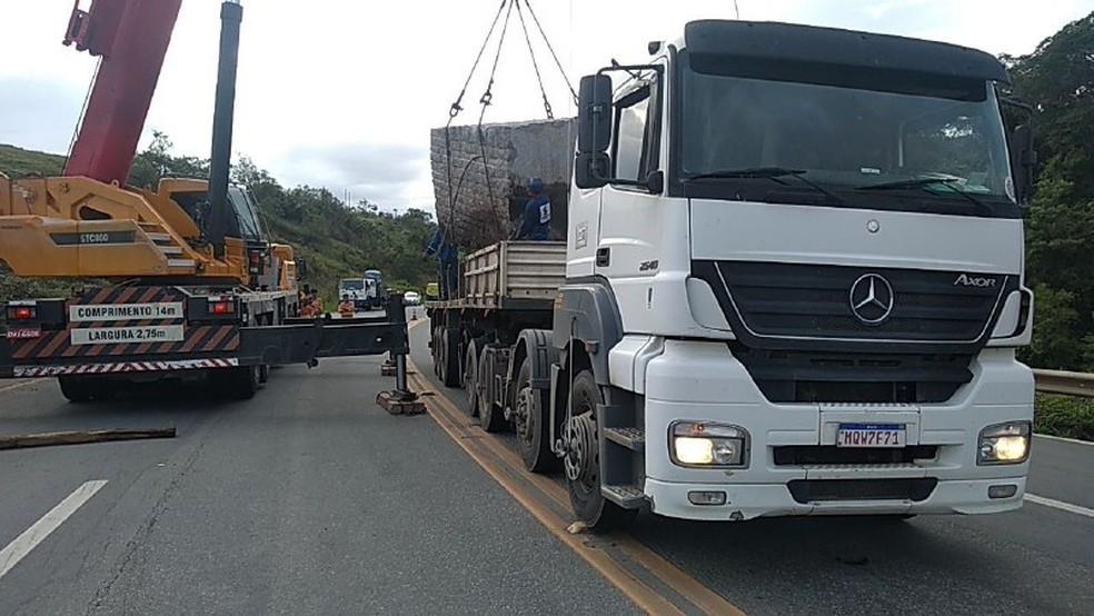 Pedra foi retirada na via e levada para pesagem, na Serra — Foto: Nucom/ PRF-ES
