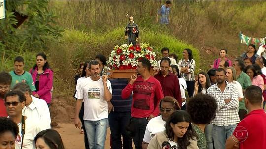 Atingidos por barragem da Samarco fazem celebração em ruína de igreja