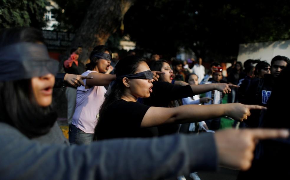 Manifestantes com os olhos vendados participam de um protesto em Nova Deli, na Índia, em solidariedade às vítimas de estupros e em oposição à violência contra a mulher neste sábado (7) — Foto: Adnan Abidi/Reuters