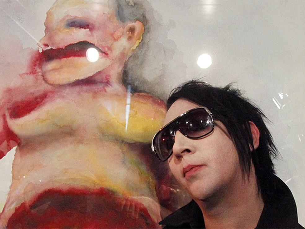 O cantor Marilyn Manson visita exposição de obras que assina em Viena, na Áustria. (Foto: Leonhard Foeger/Reuters)