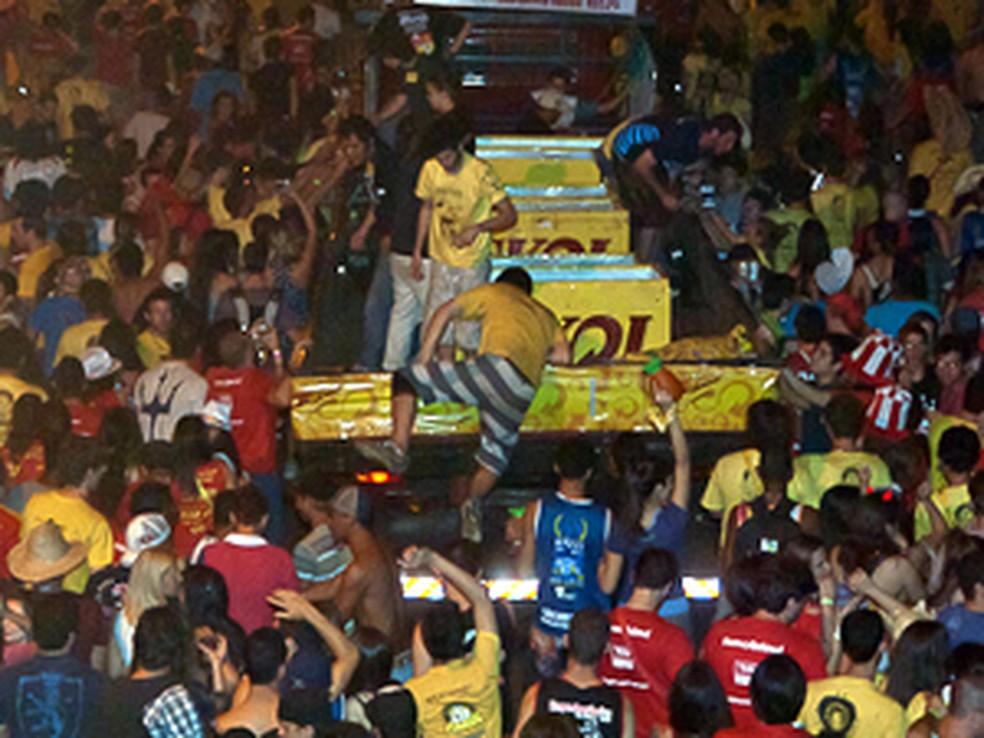 Participantes da Tusca caminham junto de caminhão com cervejas (Foto: Ivan Moreira)
