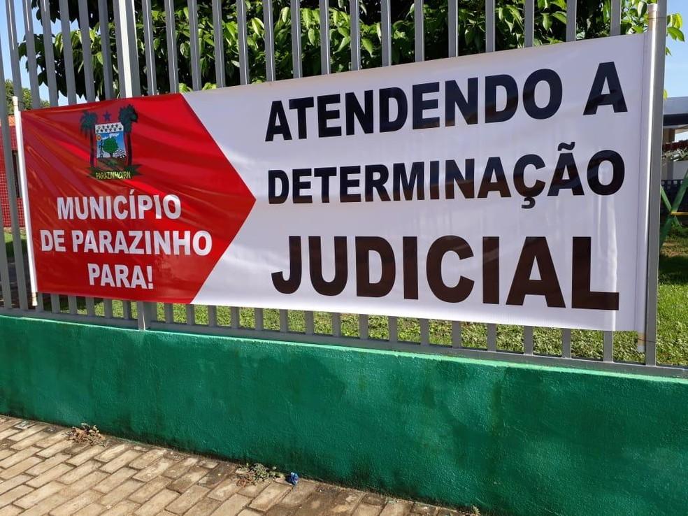 Prefeitura usou faixas para justificar suspensão de serviços públicos do município — Foto: Divulgação
