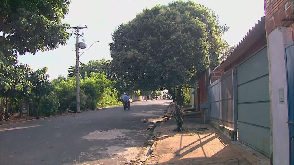 Tiros contra a adolescente foram disparados na Rua Augusto Garibaldi, em Bebedouro, SP — Foto: Reprodução/EPTV