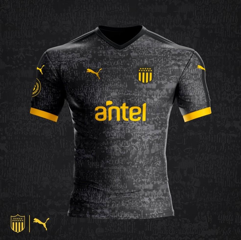 09be5b2a61 Para comemorar 127º aniversário, Peñarol lança camisa cheia de fotos ...