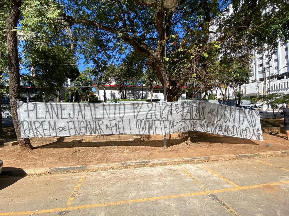 """""""Parem de enganar a Fiel"""", diz uma das faixas — Foto: Bruno Cassucci"""