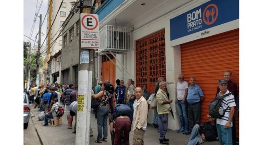 Na porta, fila se forma antes mesmo da abertura, às 10h30 — Foto: BBC Brasil