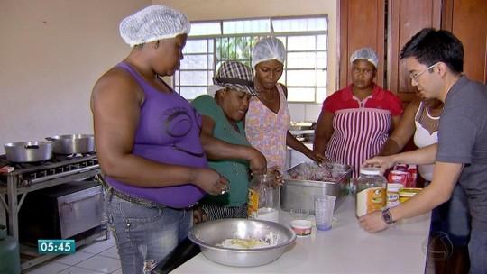 Desempregadas, haitianas aprendem a fazer bolo típico cuiabano para ter renda