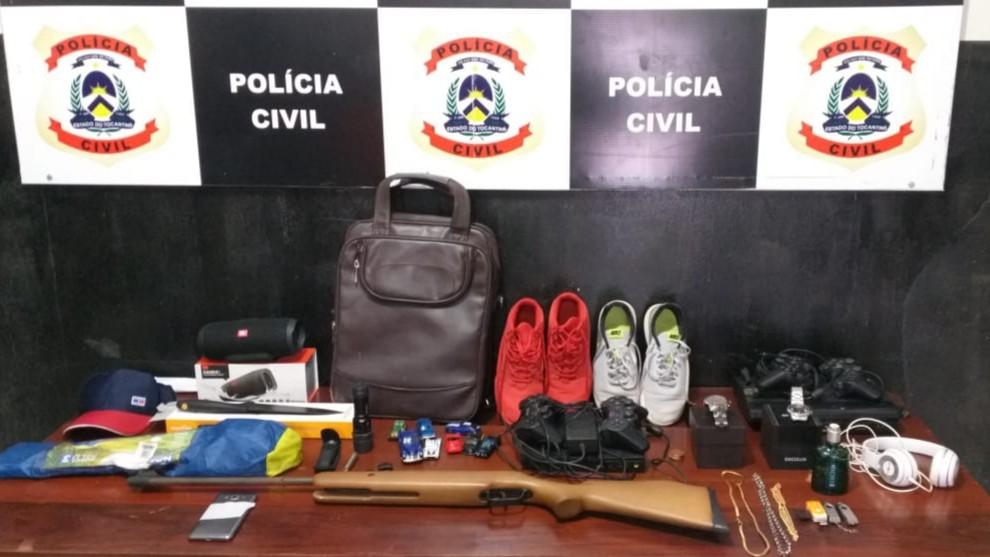 Polテュcia encontra eletrテエnicos, calテァados e atテゥ arma de pressテ」o furtada com adolescentes