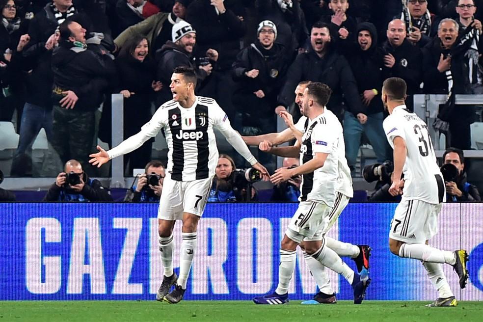 Cristiano Ronaldo comemora o seu terceiro gol na classificação da Juventus sobre o Atlético de Madrid — Foto: Reuters