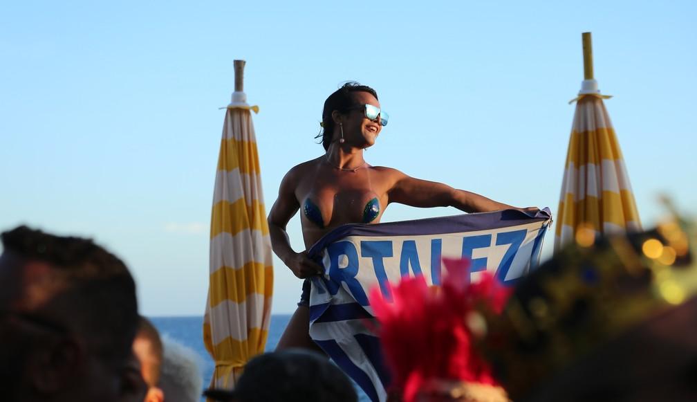 Fã de Claudia Leite com fantasia extravagante no circuito Dodô. — Foto: Júnior Improta/Aghaack