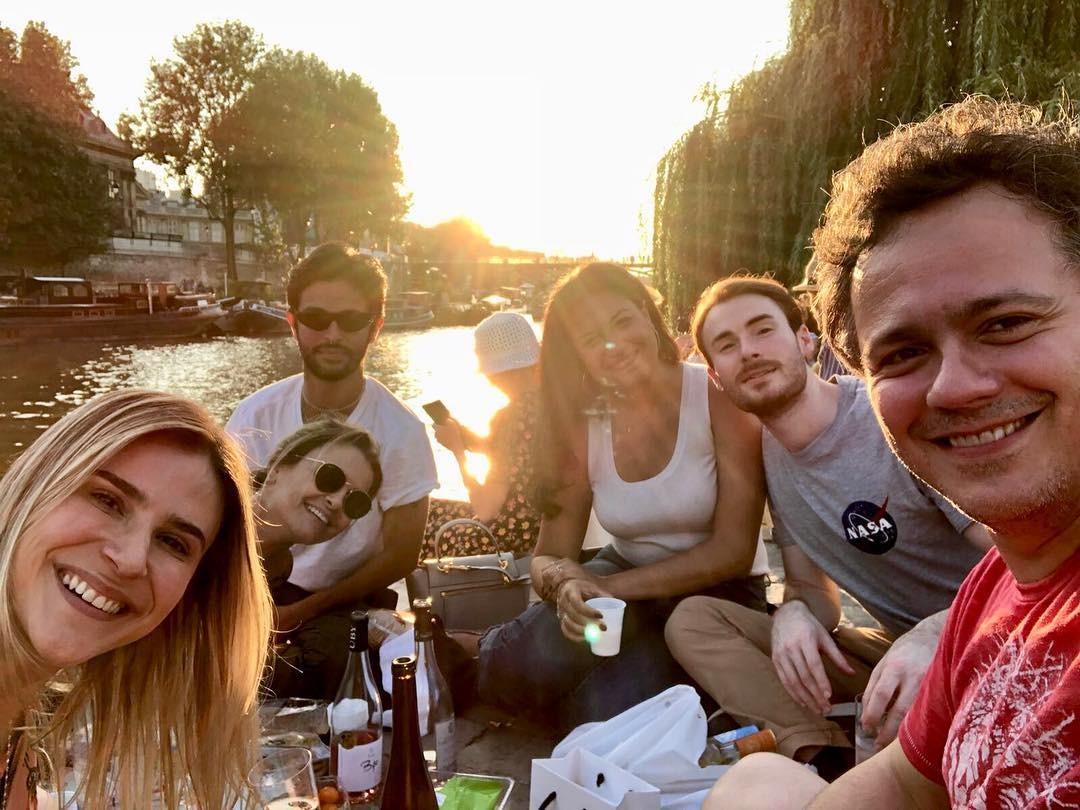 Danton Mello e amigos às margens do Rio Sena (Foto: Reprodução/Instagram)