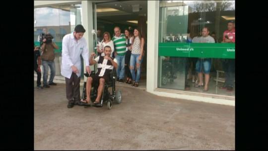Sobrevivente da Chapecoense, Alan Ruschel é 1º a deixar hospital em SC
