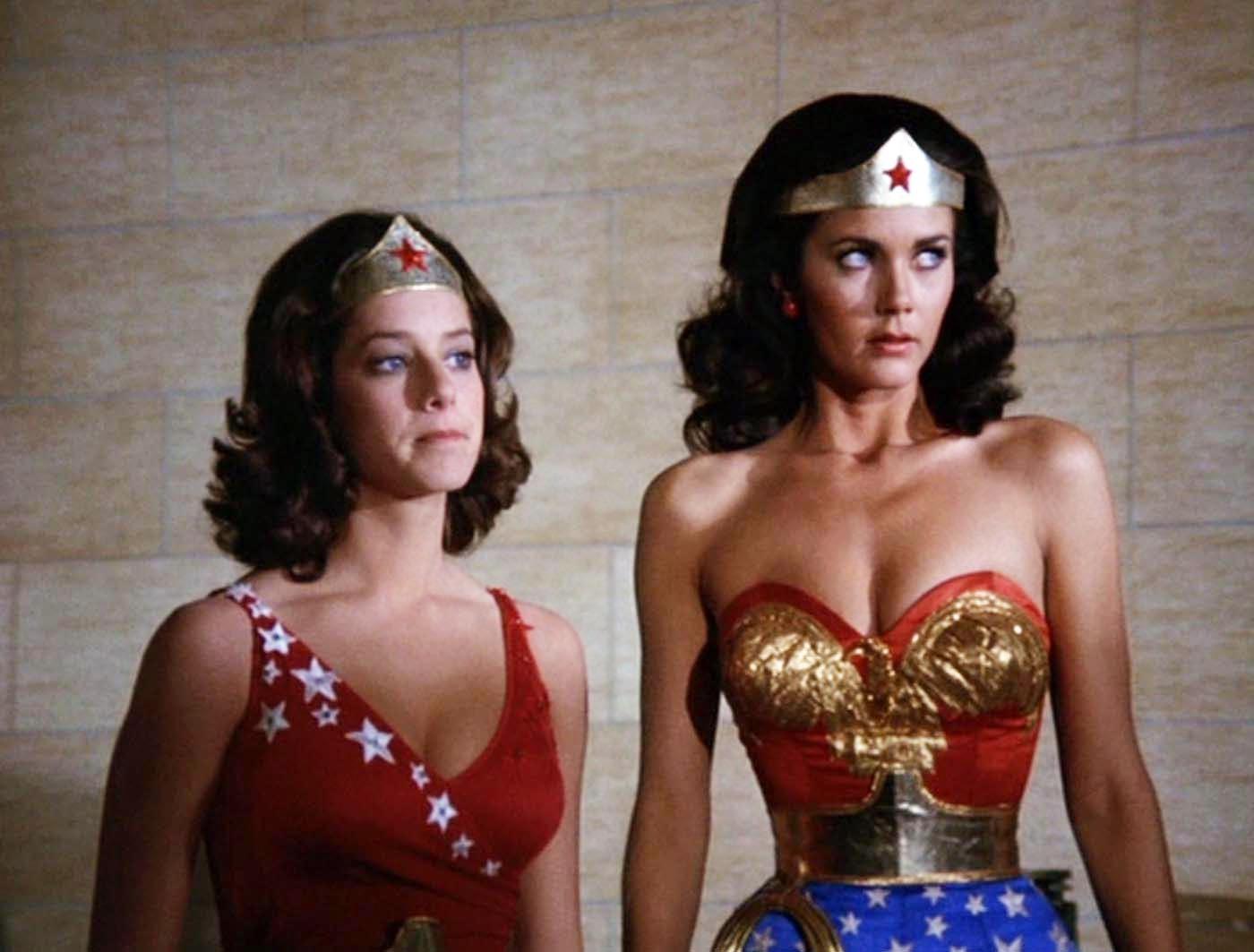 Debra Winger e Lynda Carter em Mulher-Maravilha (Foto: Divulgação)
