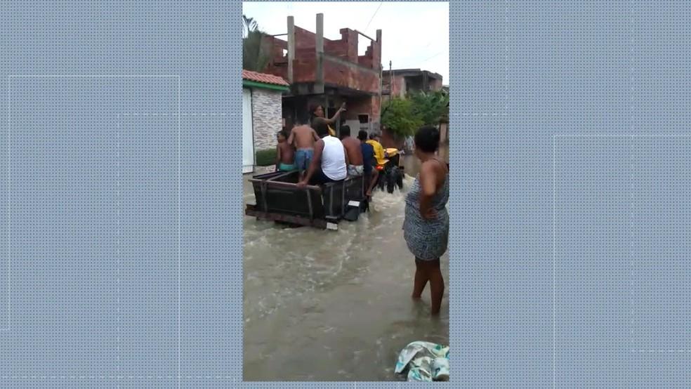 Homem faz resgate com trator em São Gonçalo — Foto: Reprodução/TV Globo