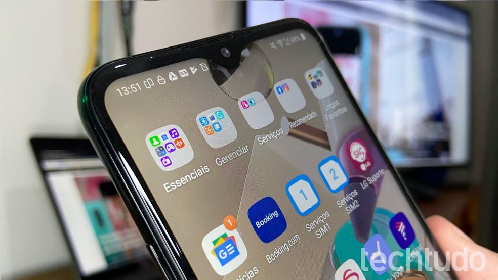 LG K41S: tela com resolução HD+ e notch em formato de V — Foto: Thássius Veloso/TechTudo