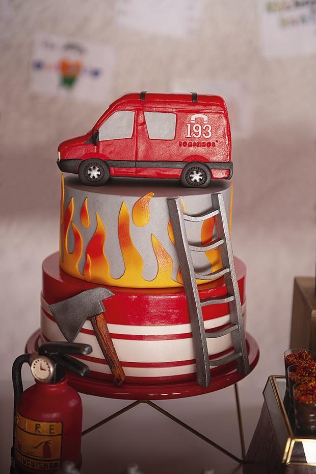 bolo — Os principais elementos de resgate durante um incêndio foram reproduzidos no doce de três andares, coberto com pasta americana. (Foto: aline ferreira/gnt, elisa mendes/gnt)
