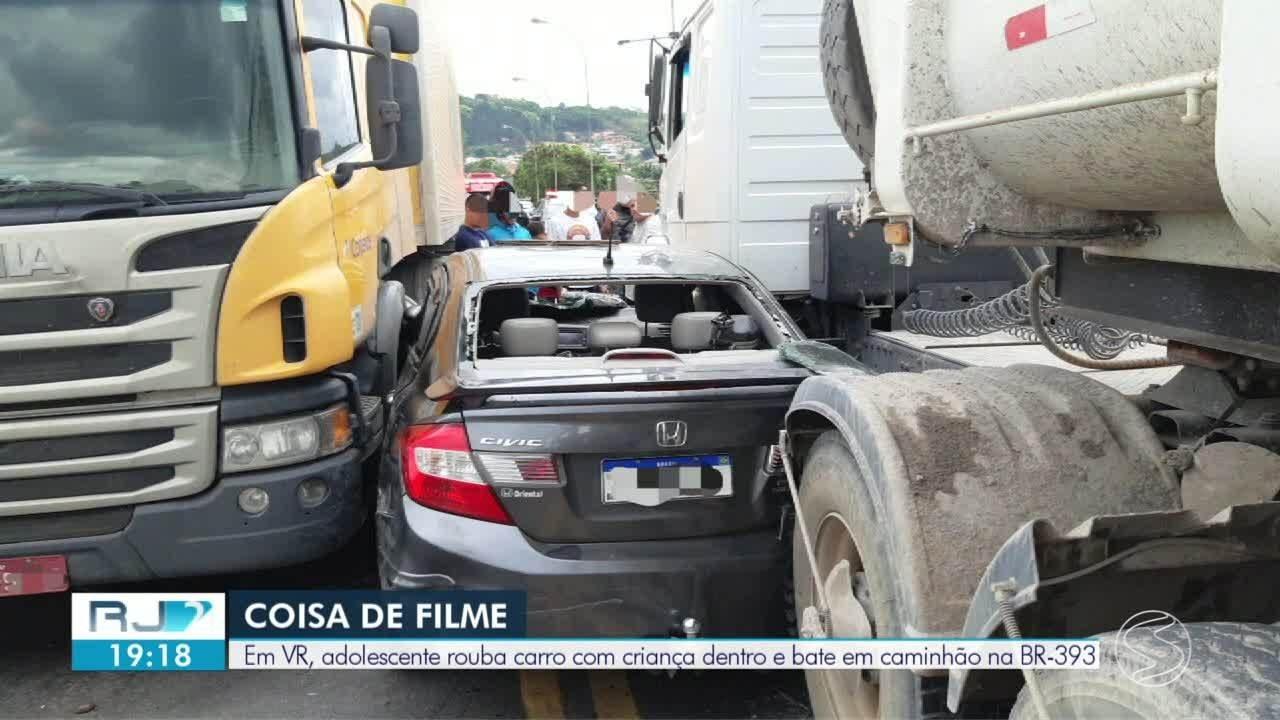 Menor pega carro com criança dentro e se envolve em acidente com carretas em Volta Redonda