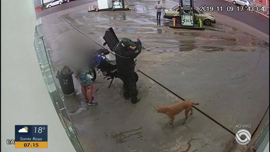 Cão que aparece em vídeo sendo agredido é adotado em Carazinho