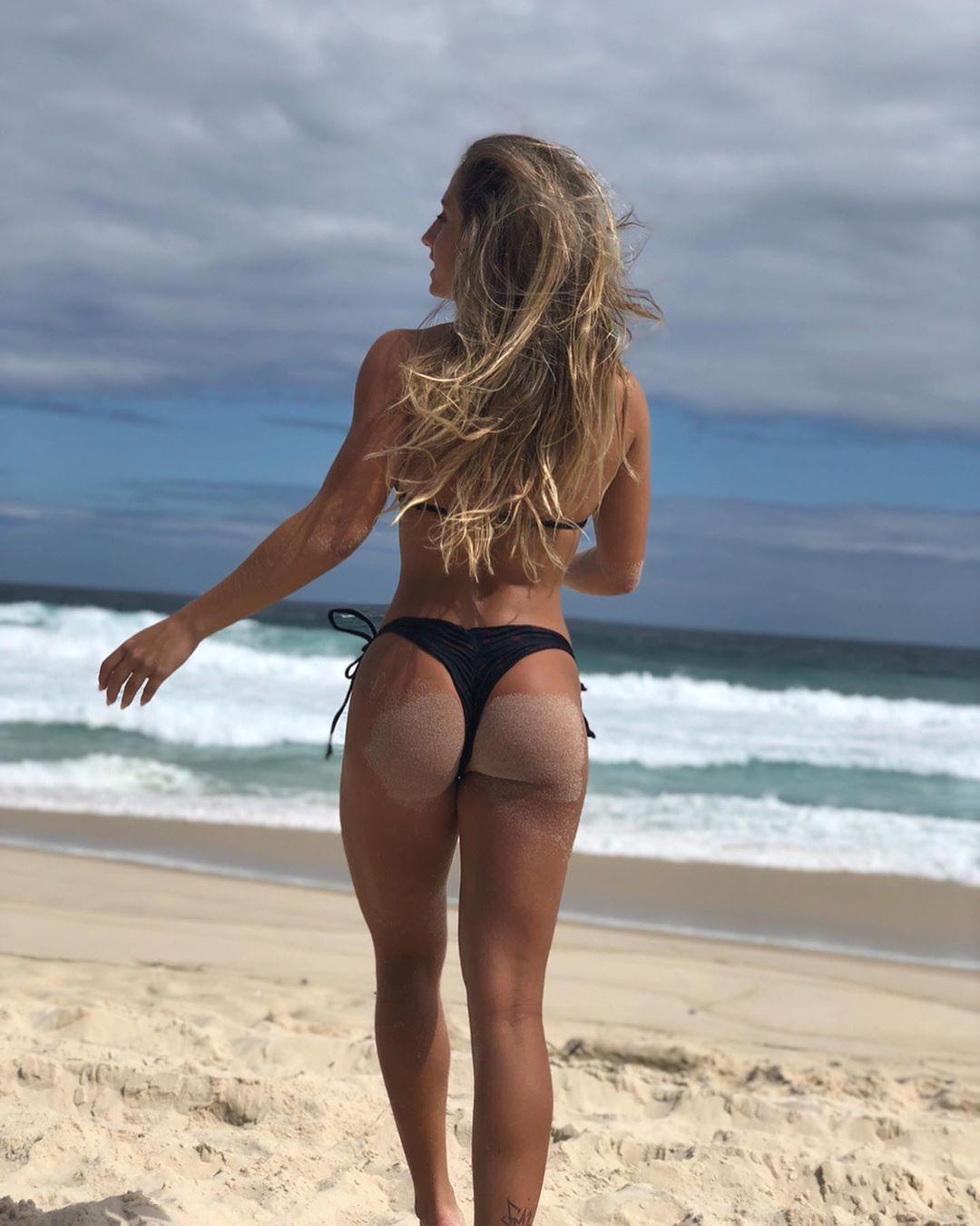 """Bruna Griphao posa de biquíni e exibe boa forma em praia e impressiona fãs:  """"Você tem algum defeito?"""" - Vogue   celebridade"""