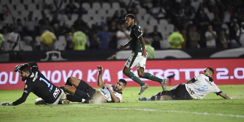 Luiz Adriano marcou o gol da vitória do Palmeiras contra o Vasco — Foto: André Durão