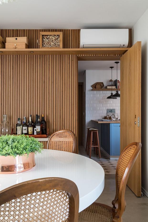 Madeira e tons claros compõem apartamento atemporal (Foto: Evelyn Muller)
