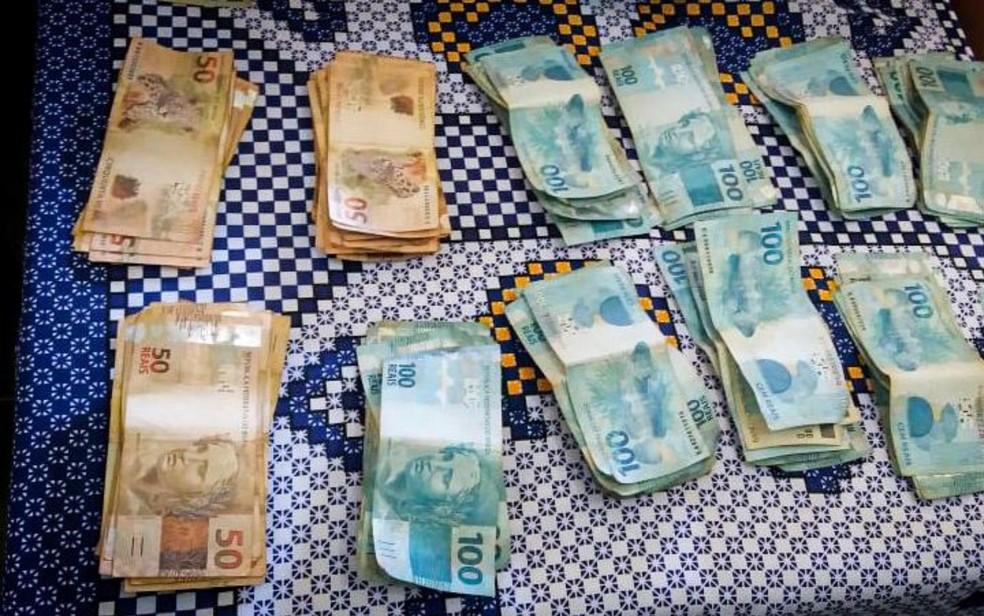 Todo o dinheiro foi levado à polícia que está procurando familiares do possível dono — Foto: Reprodução/TV Anhanguera
