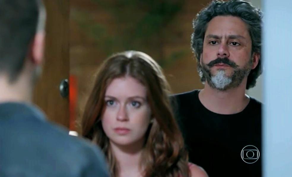 José Alfredo (Alexandre Nero) surpreende Lucas (Daniel Rocha) ao aparecer ao lado de Isis (Marina Ruy Barbosa) - 'Império'  — Foto: Globo