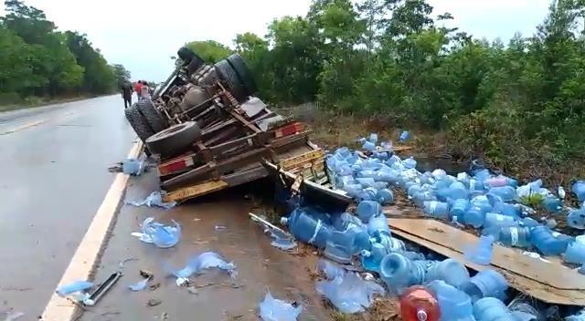 Caminhão carregado com galões de água mineral tomba na rodovia BR-210, no Amapá