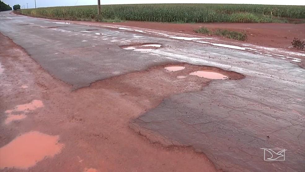 Buracos cobertos com barro não resistiram as chuvas na MA-006 (Foto: Reprodução/TV Mirante)