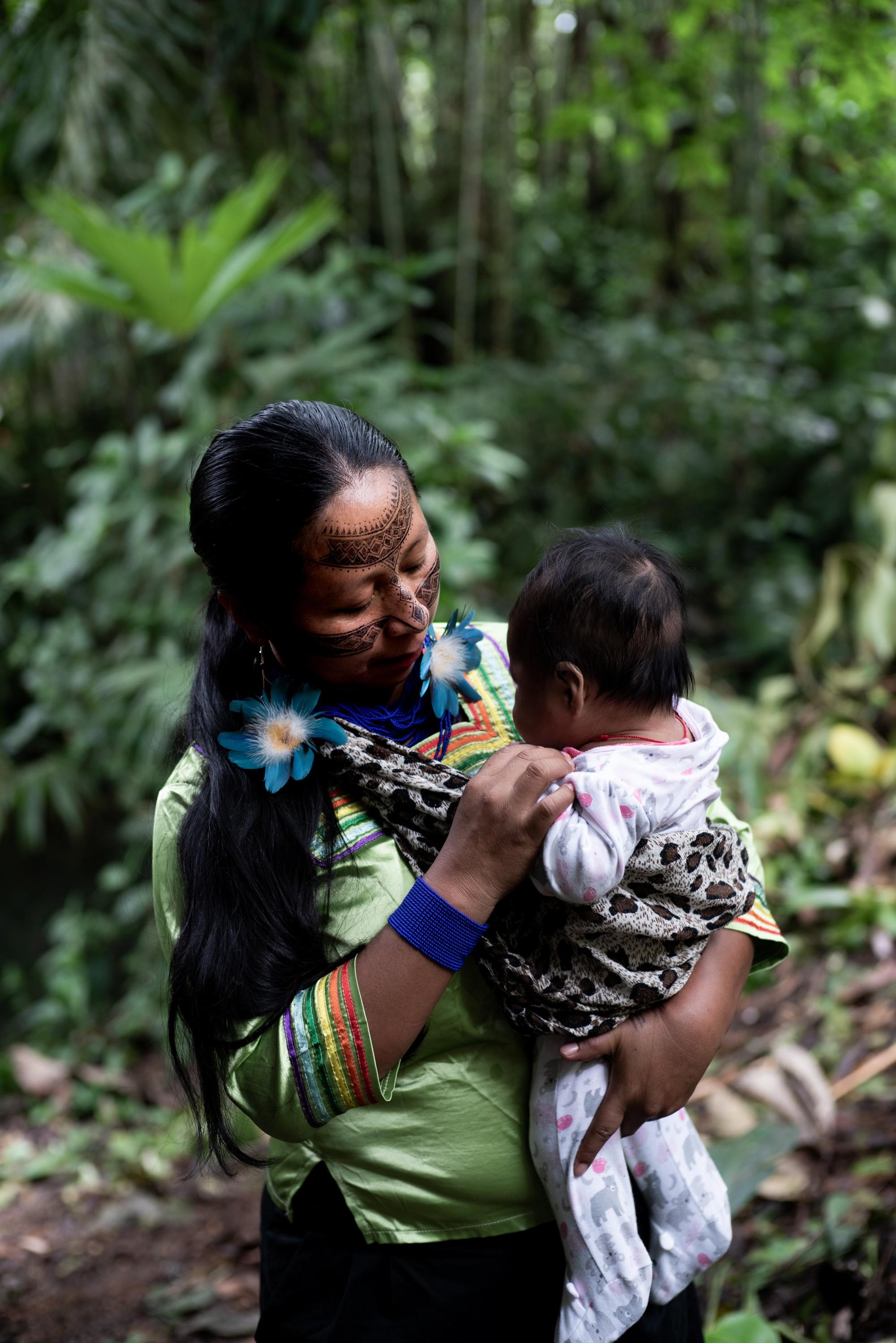 Lineth Calapucha, 36, de Shiwakucha, vice-presidente da nação Kichwa de Pastaza, Equador e membro da Mujeres Amazonicas com seu bebê de quatro meses (Foto: Alice Aedy)