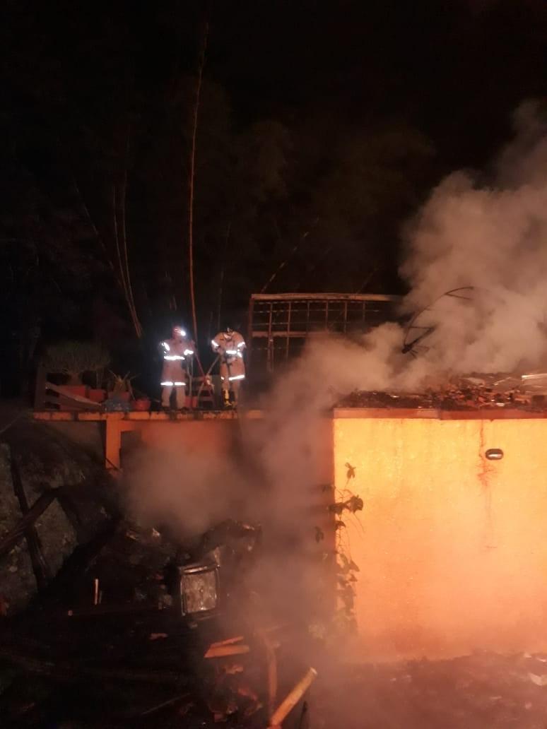 Incêndio destrói casa de dois andares em Petrópolis, no  RJ - Notícias - Plantão Diário