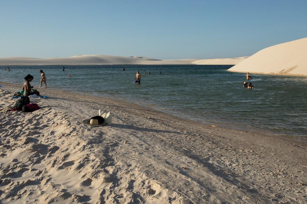 Lagoas são ponto de relaxamento e paradas em meio às andanças nos Lençóis Maranhenses — Foto: Celso Tavares/G1