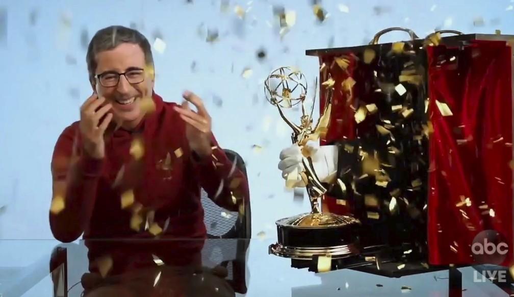 John Oliver se diverte com entrega do Emmy em caixa surpresa  — Foto: The Television Academy e ABC Entertainment/AP