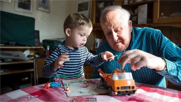 Como os baby boomers estão vivendo mais, eles estão gastando mais suas economias. Para muitos millennials, alguns ativos familiares podem não ser repassados (Foto: JEFF GILBERT / ALAMY STOCK PHOTO via BBC News Brasil)