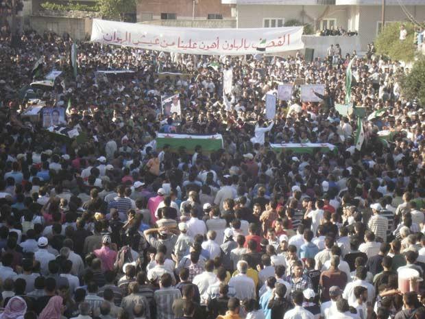 Sírios enterram neste sábado (10) mortos em ataques de forças do governo à cidade de Deraa (Foto: AFP)