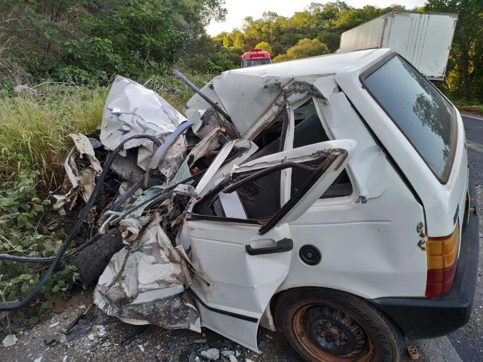 Motorista morre em batida entre carro e ônibus na BR-242, oeste da Bahia; veículo fica destruído — Foto: Foto: Gazeta 5