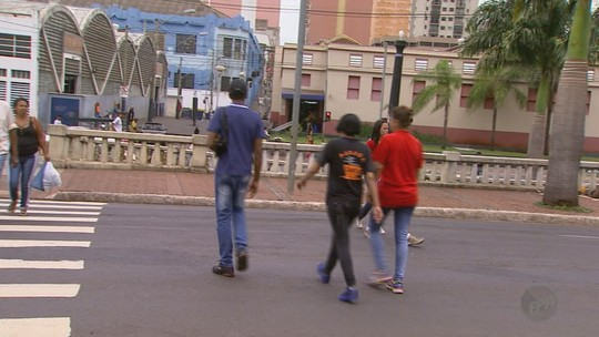 Aplicação de multa a pedestres e ciclistas regulamentada pelo Denatran divide opiniões em Ribeirão Preto, SP