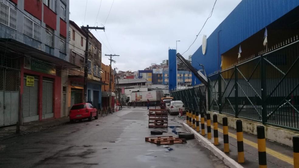 Caminhão arrasta fios e poste fica pendurado no bairro da Calçada, em Salvador — Foto: Cid Vaz/TV Bahia