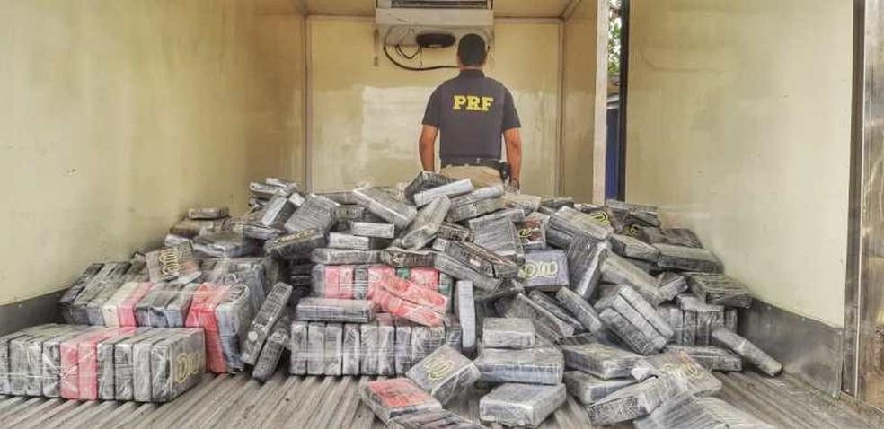 Conforme a Polícia Rodoviária Federal (PRF), os 930 quilos da droga foram encontrados durante uma fiscalização de combate a criminalidade.  — Foto: Polícia Rodoviária Federal (PRF) / Divulgação